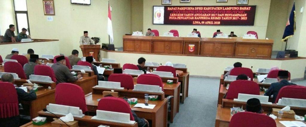 LAPORAN LKPJ. Bupati Lampung Barat Parosil Mabsus menyampaikan laporan pertanggungjawaban kepala daerah tahun anggaran 2017 saat rapat paripurna di Gedung DPRD Lambar, Senin (9/4). Dalam laporannya pendapatan daerah hingga akhir tahun anggaran realisasinya menembus Rp1,070 triliun (97,85%) dari target Rp1,094 triliun. LAMPUNG POST/ELIYAH