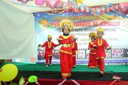 TARI PIRING. Siswa menampilkan tari piring saat pelepasan siswa TK IT Al Amanah di Rekso Bandung, Labuhanratu, Bandar Lampung, Rabu (25/4). LAMPUNG POST/HENDRIVAN GUMAY