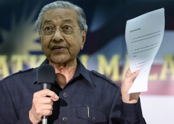 Former Malaysian prime minister Mahathir Mohamad shows a citizens' declaration documents during a press conference with members of the opposition party in Kuala Lumpur on March 4, 2016. Leaders from across Malaysia's political spectrum joined on March 4 to call for a national movement to remove scandal-hit premier Najib Razak, in a dramatic escalation of a festering corruption crisis. AFP PHOTO / MOHD RASFAN