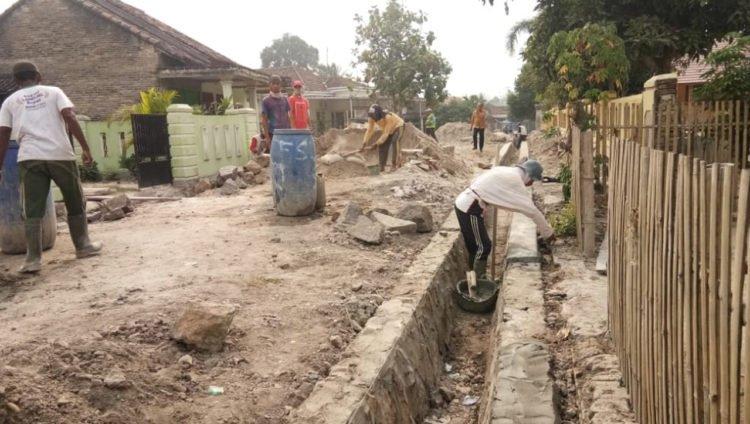 LIBATKAN MASYARAKAT. Sejumlah masyarakat Desa Palaspasemah, Kecamatan Palas, Lampung Selatan, membangun saluran drainase di Dusun 04, desa setempat, beberapa hari lalu. (LAMPUNG POST/ARMANSYAH)