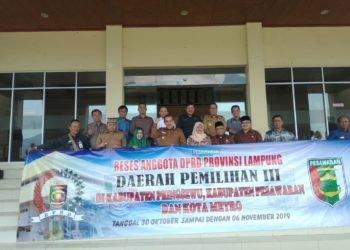 RESES. Bupati Pesawaran Dendi Ramadhona serta Wakil Bupati Eriawan berfoto bersama dengan anggota DPRD Provinsi Lampung daerah pemilihan III dan anggota DPRD Pesawaran, Selasa (5/11). LAMPUNG POST/PUTRA PANCASILA SAKTI