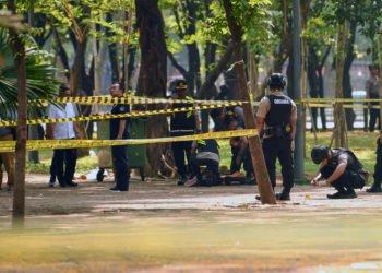 PERIKSA LOKASI LEDAKAN. Anggota Gegana Brimob Polri melakukan pemeriksaan TKP ledakan di kawasan Monas, Jakarta, Selasa (3/12). (ANTARA/NOVA WAHYUDI)