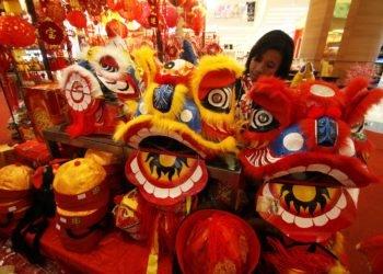Pengunjung memilih pernak pernik imlek yang dijual di salah satu pusat perbelanjaan di Tangerang, Banten, Sabtu (18/1). 2 minggu menjelang hari raya Imlek yang jatuh pada tanggal 31/1 mendatang penjualan pernak pernik imlek mengalami peningkatan sebesar 40 persen yang dijual dengan kisaran harga Rp 5000 sampai dengan Rp 650.000. ANTARA FOTO/Rivan Awal Lingga/ed/pd/14