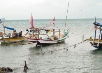 PERAHU DITAMBATKAN. Beberapa perahu milik nelayan di Desa Maja, Kecamatan Kalianda, Lampung Selatan, ditambatkan di tepi pesisir desa setempat, Rabu (10/6). n LAMPUNG POST/ARMANSYAH
