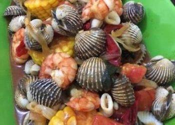 Aneka seafood yang bikin lidah bergoyang. (LAMPUNG POST/ATIKA)