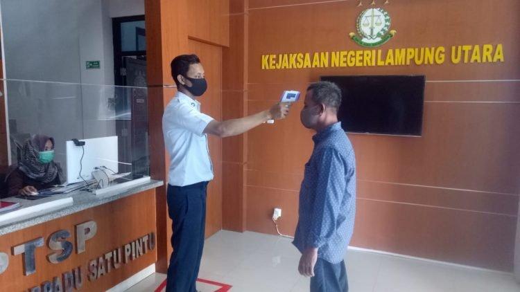 Pihak Kejaksaan Negeri Lampung Utara terapkan 3 M bagi prgawai maupun pengujung kantor Kejari setempat,  Selasa (20'10/2020). HARI LAMPUNG POST