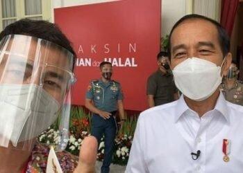 Momen Raffi Ahmad (kiri) dan Presiden Joko Widodo (kanan) usai disuntik vaksin perdana (Foto: Instagram @raffinagita1717)