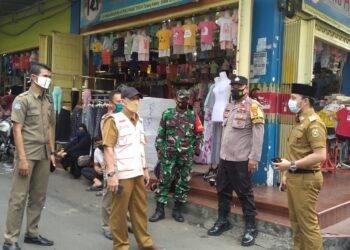 Tim Patroli Satuan Tugas Penanganan Covid-19 Kota Bandar Lampung mengingatkan warga untuk tetap mematuhi dan menjalankan protokol kesehatan di pasar, perkantoran, dan jalan protokol di Kota Bandar Lampung. Hal itu bertujuan menekan penyebaran covid-19 di Kota Bandar Lampung. ISTIMEWA