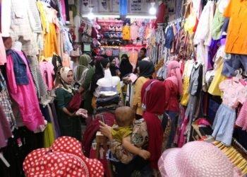 Pengunjung mulai memadati salah satu toko di Pasar Bambu Kuning, Bandar Lampung, untuk berbelanja, Minggu (2/5). (LAMPUNG POST/ZAINUDDIN)
