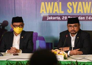 Menteri Agama Yaqut Cholil Qoumas (kanan) didampingi Wakil Ketua Komisi VIII DPR Ace Hasan Syadzily menggelar konferensi pers hasil Sidang Isbat 1 Syawal 1442 H di Kementerian Agama, Jakarta, Rabu (11/5/2021). Pada Sidang Isbat tersebut ditetapkan  1 Syawal 1442 H atau Hari Raya Idul Fitri 1442 pada 13 Mei 2021. ANTARA FOTO/Hafidz Mubarak A/foc.