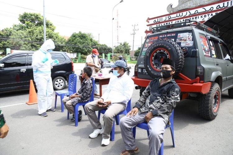 Penumpang kendaraan dan sopir menunggu giliran menjalani rapid test antigen di pos penyekatan Tugu Raden Intan Rajabasa, Bandar Lampung saat akan memasuki Kota Bandar Lampung, Senin (24/5).