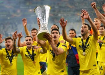 TOPSHOT - Villarreal's players celebrate with the trophy after winning the UEFA Europa League final football match between Villarreal CF and Manchester United at the Gdansk Stadium in Gdansk on May 26, 2021. (Photo by Michael Sohn / POOL / AFP)