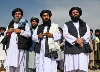 Juru bicara Taliban Zabihullah Mujahid (tengah) berbicara dalam sebuah konferensi pers di bandara Kabul, 31 Agustus 2021, usai kepergian pasukan terakhir AS dari Afghanistan. (Wakil Kohsar/AFP)